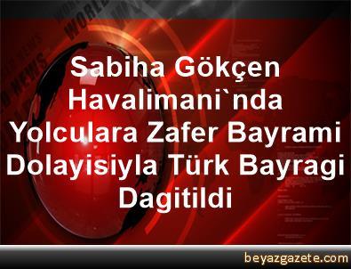 Sabiha Gökçen Havalimani'nda Yolculara Zafer Bayrami Dolayisiyla Türk Bayragi Dagitildi